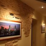 Отделка искусственным камнем гостиной фото